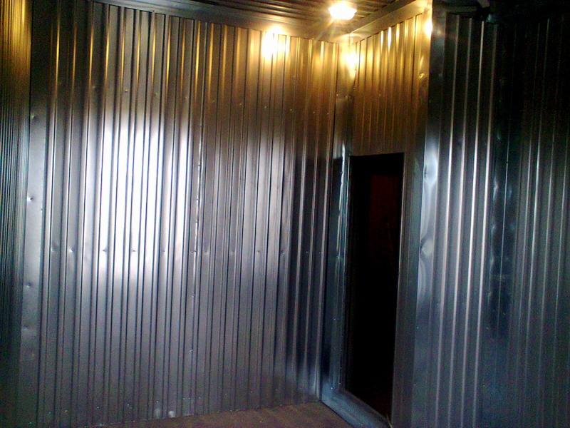 Обшивка металлом холодильной камеры на производстве опарыша