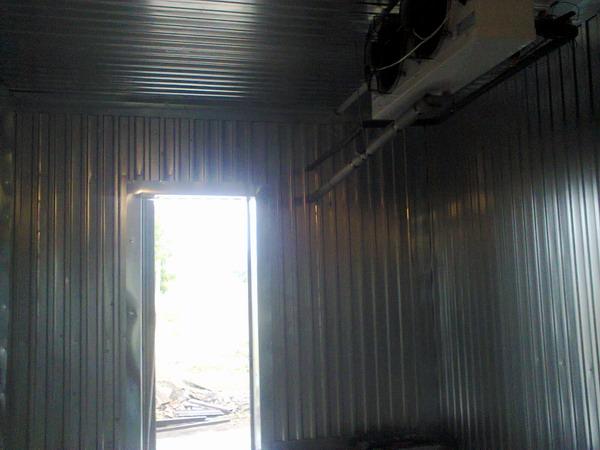 Обшивка металлом морозильной камеры на производстве опарыша