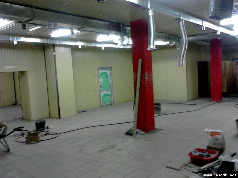 Укладка половой плитки на производстве опарыша