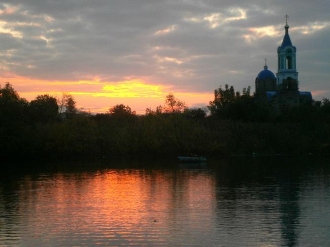 река и церковь
