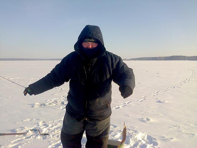 рыбак и окунь зимой