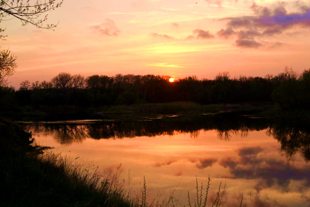 Закат на весенней реке