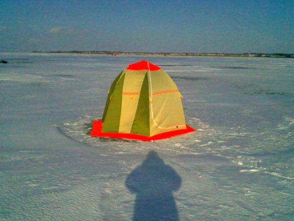 Зимняя палатка на льду